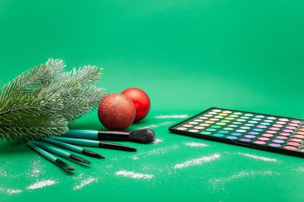 Ozdoby świąteczne i produkty do makijażu