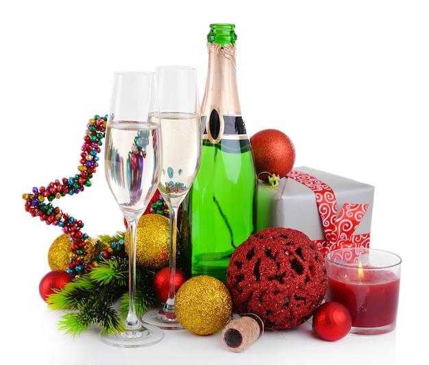 Ozdoby świąteczne i szampan na białym tle