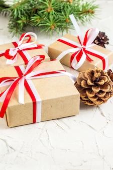 Ozdoby świąteczne lub noworoczne z szyszkami, gałązkami jodły, pudełkami na prezenty i laskami cukierków