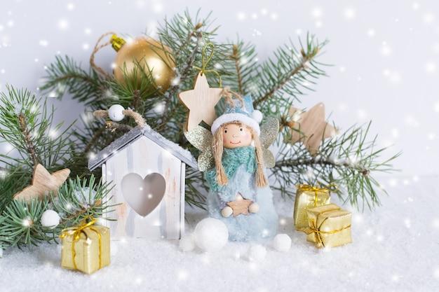 Ozdoby świąteczne na białej ścianie