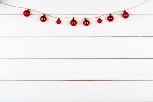 Ozdoby świąteczne na białym drewnianym tle z miejscem na kopię