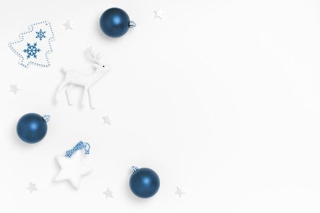 Ozdoby świąteczne na białym tle