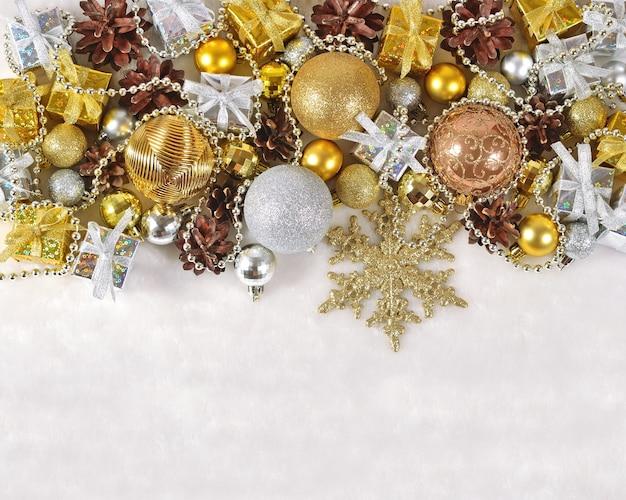 Ozdoby świąteczne na białym