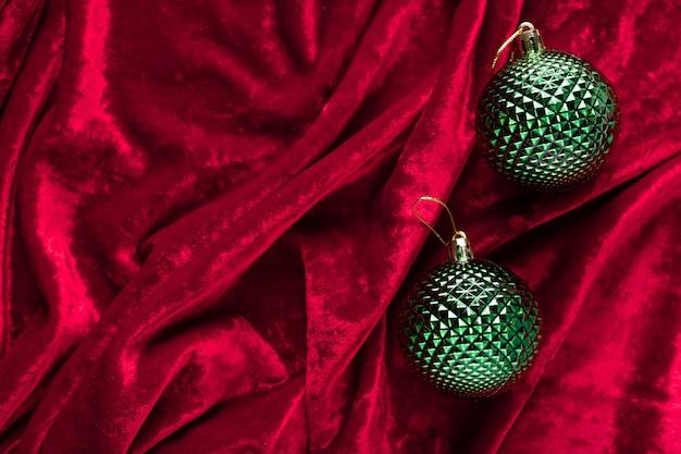 Ozdoby świąteczne na czerwonym aksamitnym materiale z falami boże narodzenie zima nowy rok koncepcja