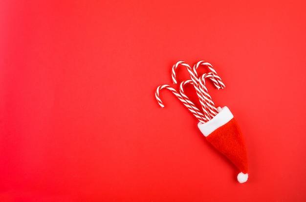 Ozdoby świąteczne na czerwonym tle