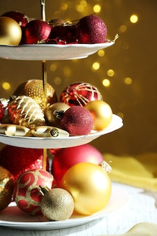 Ozdoby świąteczne na deser na drewnianym stole
