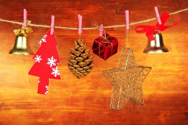 Ozdoby świąteczne na drewnianej ścianie