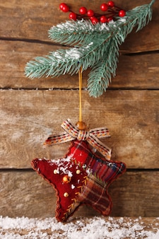 Ozdoby świąteczne na drewnianym tle