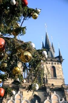 Ozdoby świąteczne na drzewie w centrum miasta