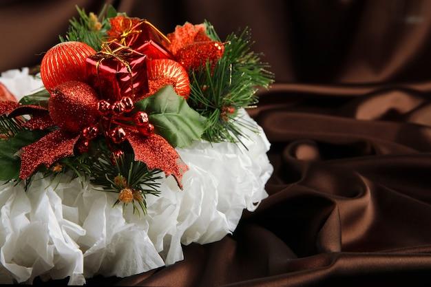Ozdoby świąteczne na jodły na tle tkaniny