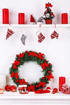 Ozdoby świąteczne na kominku na białej powierzchni ściany