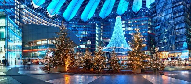 Ozdoby świąteczne na placu potsdammer w berlinie