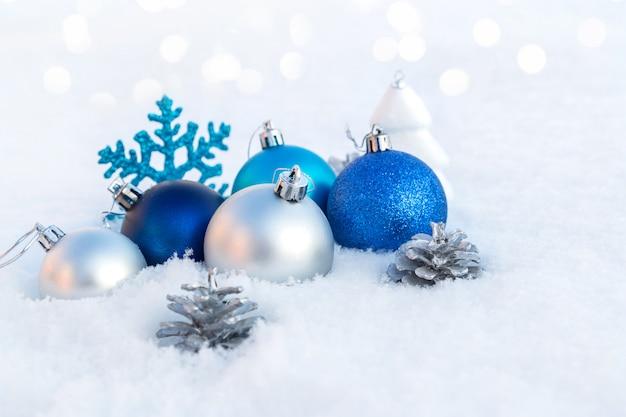 Ozdoby świąteczne na śniegu.