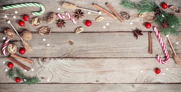 Ozdoby świąteczne na starym drewnianym tle