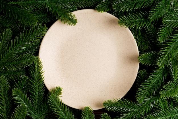 Ozdoby świąteczne na talerzu. koncepcja szczęśliwego nowego roku.
