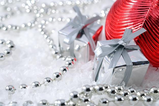 Ozdoby świąteczne na tle śniegu