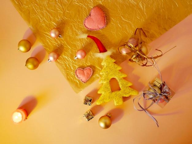 Ozdoby świąteczne prezenty drzewo zabawek na jasnym tle widok z góry koncepcja gratulacji