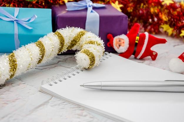 Ozdoby świąteczne prezenty i zabawki na drewnianym tle koncepcja nowego roku