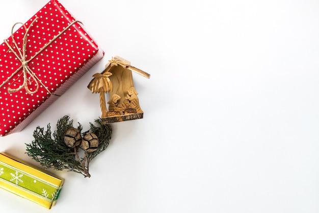 Ozdoby świąteczne, szyszki i prezenty na białym tle na białym tle z miejscem na tekst