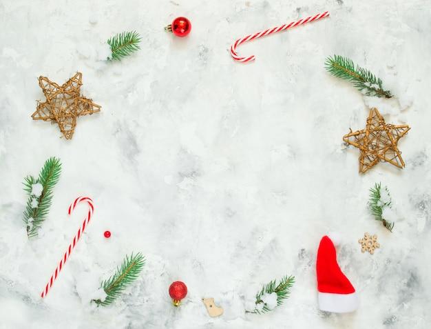 Ozdoby świąteczne w widoku z góry śniegu