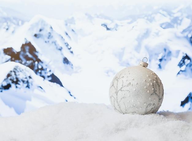 Ozdoby świąteczne W Zaspie Przed Zaśnieżonymi Górami Zima Boże Narodzenie Powierzchnia Premium Zdjęcia