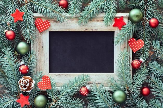 Ozdoby świąteczne w zielono-czerwonym, płaskim układzie z
