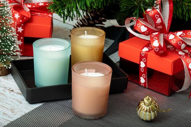 Ozdoby świąteczne z pudełkami prezentowymi i świecami zapachowymi.