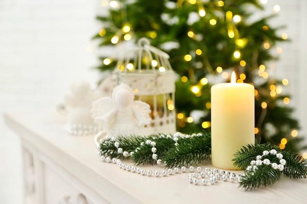 Ozdoby świąteczne ze świecami na tle jodły