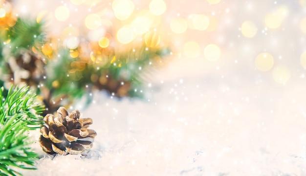 Ozdoby świąteczne ze świerkiem i śniegiem