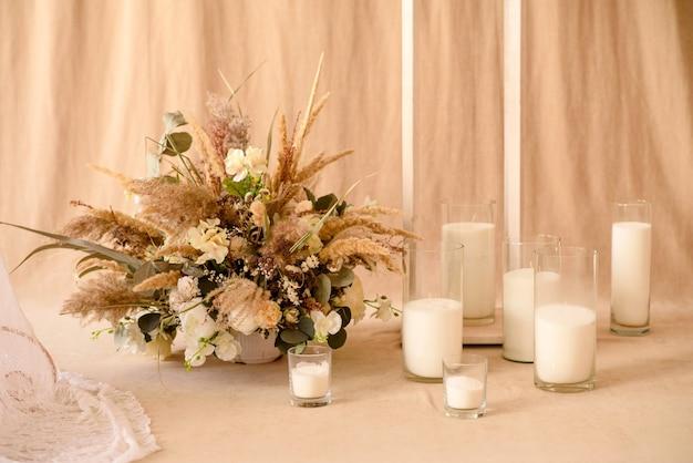 Ozdoby z suchych pięknych kwiatów w białym wazonie. dekoracja pokoju domowego