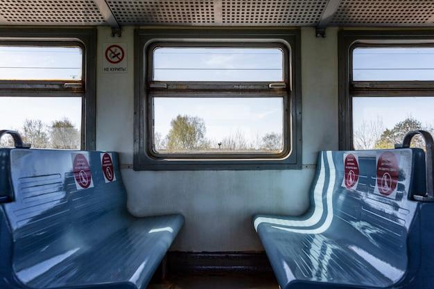Oznaczanie na siedzeniach w pociągu w celu utrzymania społecznego dystansu w transporcie podczas pandemii koronawirusa.