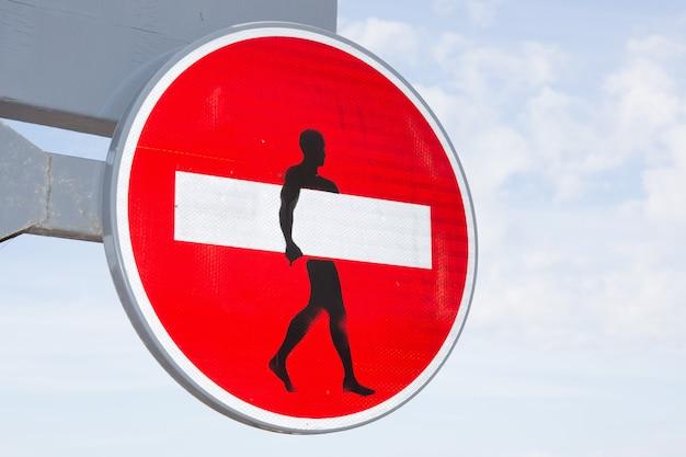 Oznaczenie znaczenia zabronione w przypadku mężczyzny w białym pasie jak surf