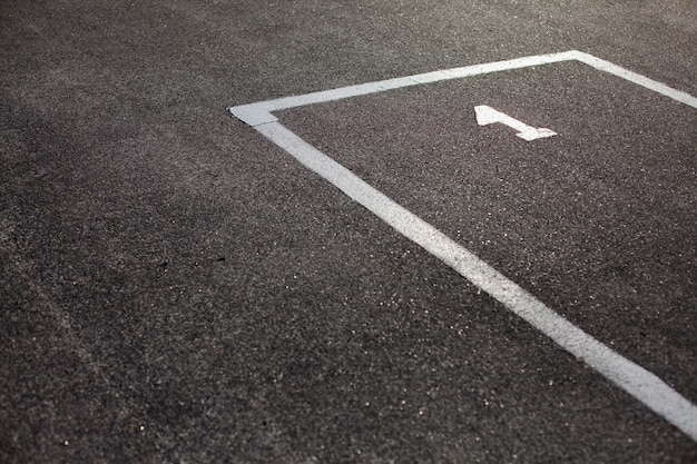 Oznaczone miejsce parkingowe na asfalcie
