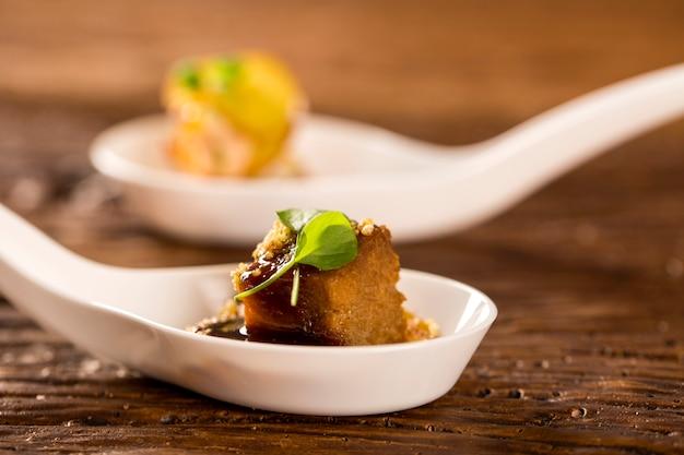 Ozór wieprzowy, mielony banan, redukcja marsala, mączka wodna i mini rzeżucha w łyżce. zasmakuj kulinarnych przekąsek