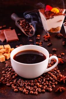Ożywcza poranna kawa ze słodyczami. może być używany jako tło