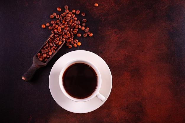 Ożywcza poranna kawa ze słodyczami.