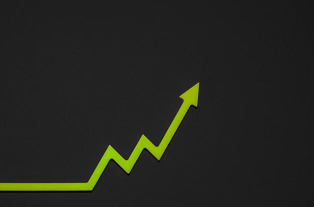 Ożywienie gospodarcze po kryzysie. koncepcja wzrostu gospodarczego, histogram gospodarki ze strzałką skierowaną w górę, miejsce kopiowania
