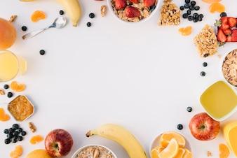 Płatki owsiane w miski z owoców i jagód na stole światła