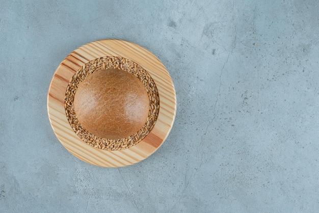 Pachnąca bułka żytnia na drewnianej płycie z jęczmienia.