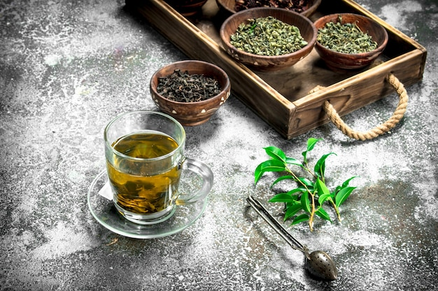 Pachnąca chińska herbata na rustykalnym tle
