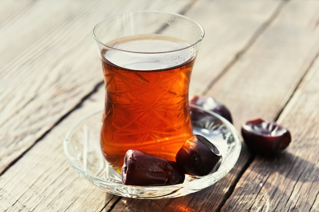 Pachnąca czarna herbata na drewnianym stole w ogrodzie