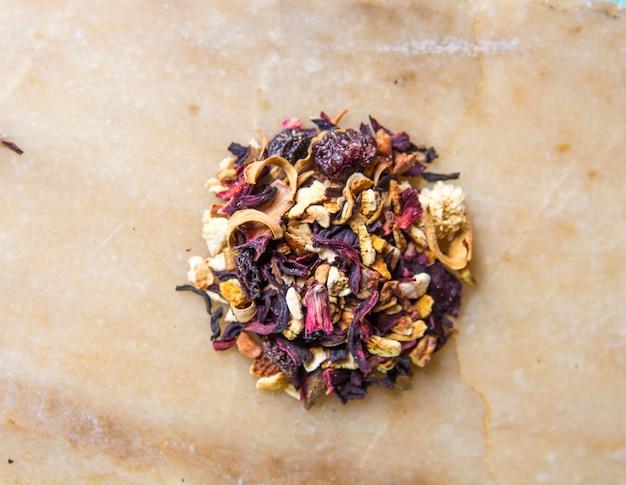Pachnąca herbata owocowa z bliska.