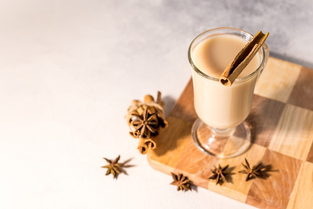 Pachnąca smaczna i zdrowa indyjska herbata masala zrobiona przez parzenie czarnej herbaty z mlekiem, przyprawami i ziołami
