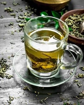 Pachnąca zielona herbata w kubku.