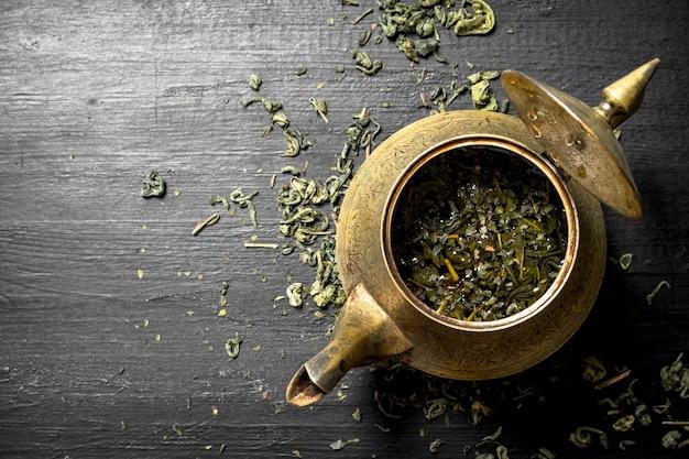 Pachnąca zielona herbata w starym imbryku.