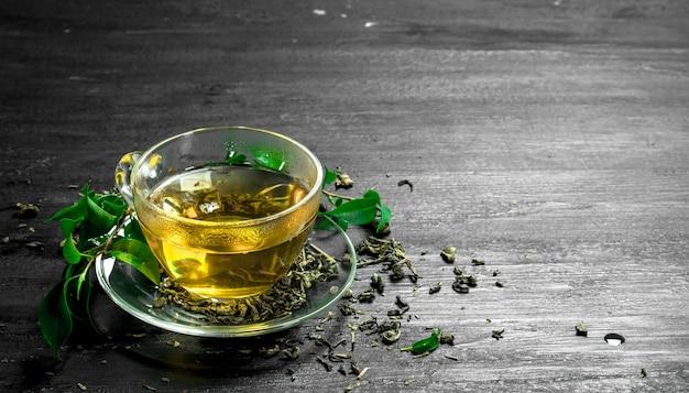 Pachnąca zielona herbata z liśćmi.
