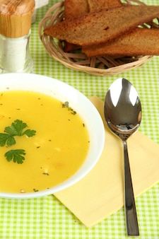 Pachnąca Zupa Na Białym Talerzu Na Zielonym Obrusie Premium Zdjęcia