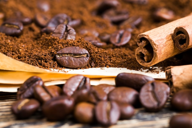 Pachnące całe ziarna kawy z bliska