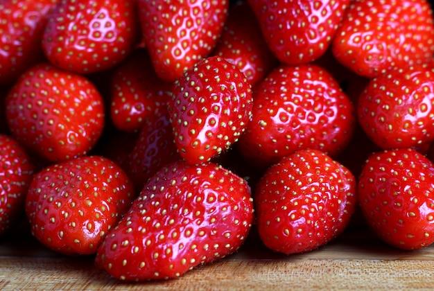 Pachnące jagody truskawkowe na ladzie sklepowej