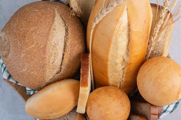 Pachnący chleb w koszu na marmurowej powierzchni